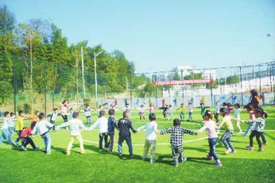长沙县板仓全民健身中心,孩子们在草地上做游戏。范远志
